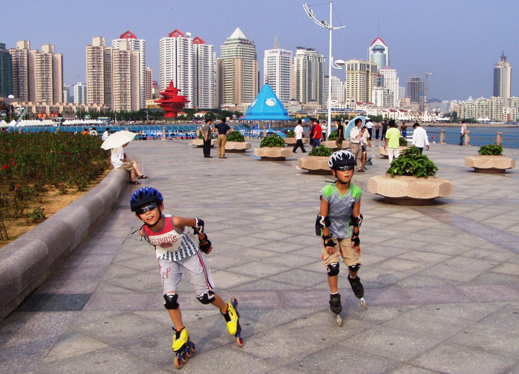 Qingdao-waterfront-walkway-kids